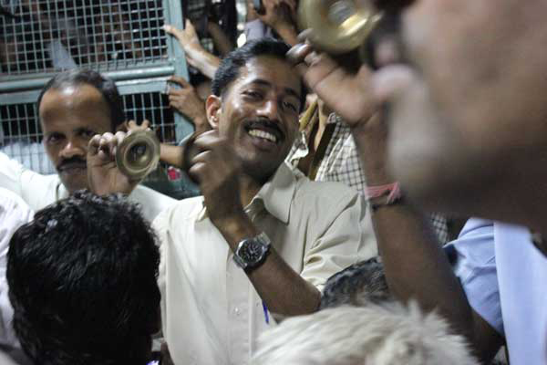 Smiling singers on Mumbai train