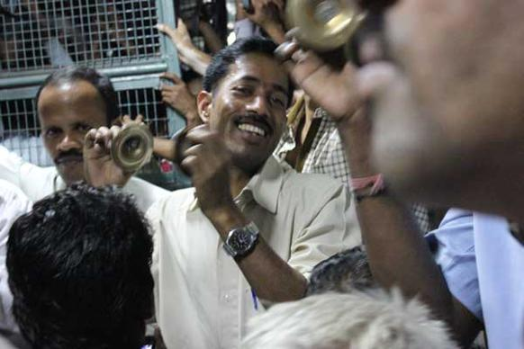 582px version of Smiling singers on Mumbai train