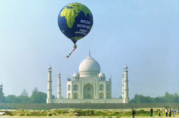 Greenpeace balloon sails over the Taj Mahal in the 1998 campaign to stop nuclear weapons proliferation in India and Pakistan.