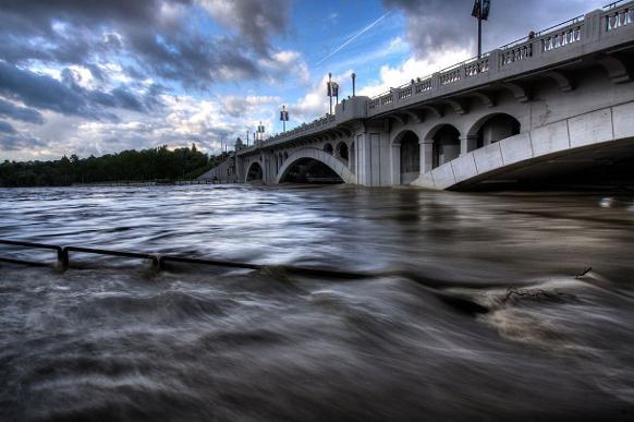 582px version of Centre Street Bridge during Calgary floods