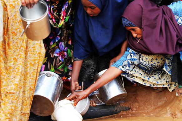 582px version of Somali women distributing water