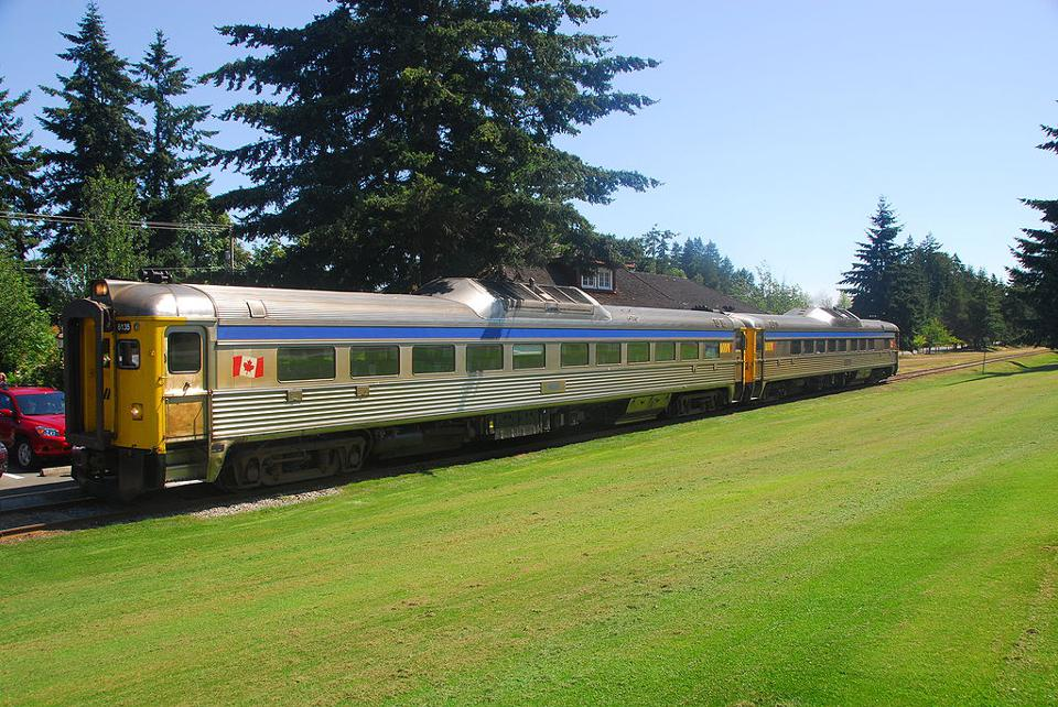 960px version of E&N Dayliner at Qualicum Beach Station